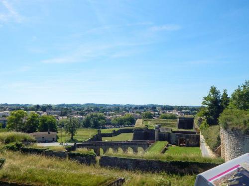 Blick vom Haupttor auf die Festungsmauer