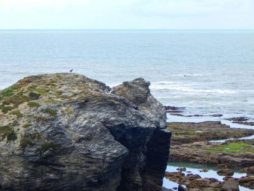 Felsenkulisse-vor-dem-Meer