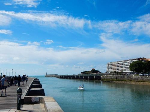 Hafenkanal-Blick-aufs-Meer