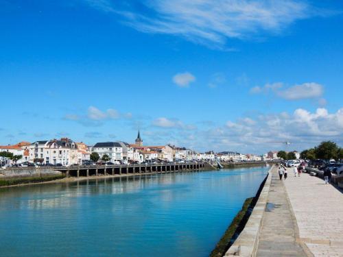 Hafenkanal-Blick-in-die-Stadt-hinein
