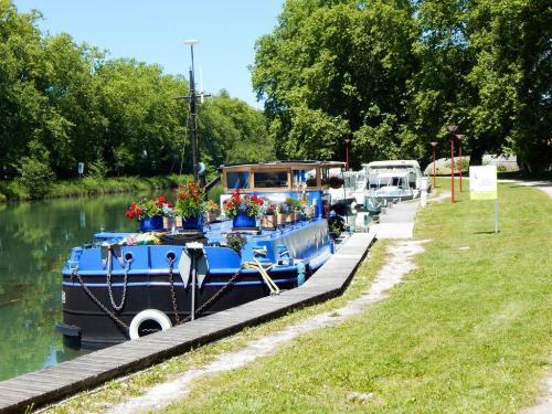 Hausboot im Hafen von Villon